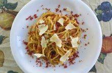 Spaghetti ai porri, speck croccante e pecorino
