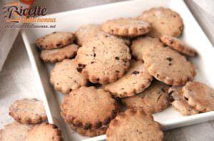 Biscotti integrali con pezzi di cioccolato fondente