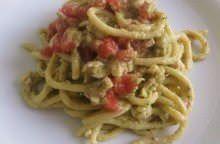 Spaghettoni al pesto di Carcioghiotto, triglie e pomodori all'Aceto Balsamico di Modena