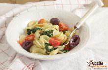 Orecchiette con catalogna, pachino, olive e ricotta salata