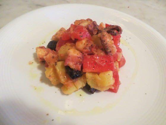 Polpo tiepido con patate, olive e pomodori ricetta e foto