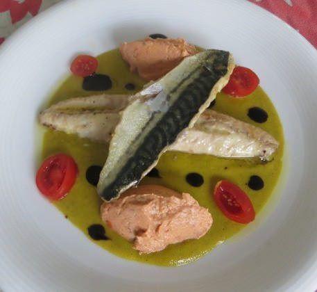 Sgombro all'arancia, salsa ai fiori di zucca, mousse di pomodori secchi e gocce di glassa balsamica ricetta e foto