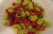 Pipe rigate con pesto leggero, pomodoro e bresaola