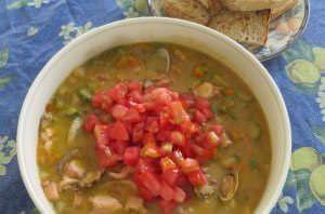 Zuppa di verdure estive, vongole veraci e polpo.