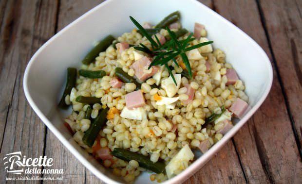 Insalata d'orzo con fagiolini, uova e prosciutto e olio al curry ricetta e foto