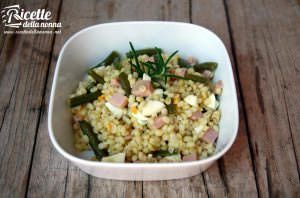 Insalata d'orzo estiva con fagiolini, uova e prosciutto e olio al curry