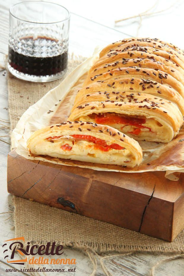 Rotolo pasta sfoglia con peperoni e formaggio ricetta e foto