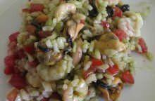 Insalata di riso con pomodoro, basilico e frutti di mare