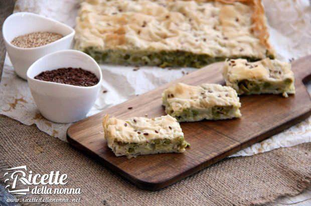 Torta salata di pasta fillo con porri, piselli e olive