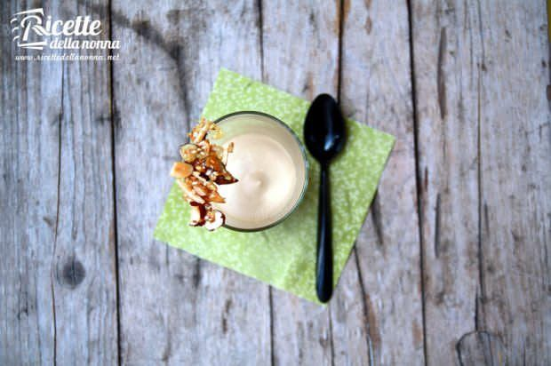 Mousse al dulce de leche con croccante di frutta secca ricetta e foto
