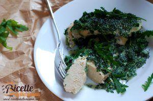 Petti di pollo al forno con panna, rucola e semi di papavero