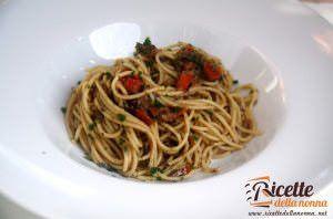Spaghetti piccanti ai funghi e olive nere