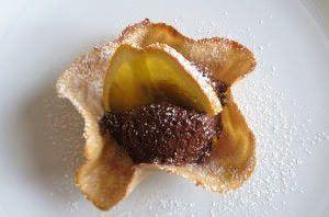 Mousse al cioccolato con cialda di castagna