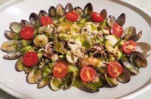 Antipasto tiepido di mare con salsa di prezzemolo