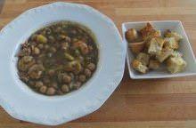 Zuppa nera di ceci, seppioline e gamberi