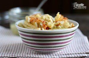 Caserecce con finto pesto di gambi e foglie di broccolo, mandorle e pancetta croccante