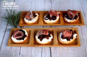Crostini con formaggio, radicchio tardivo e speck