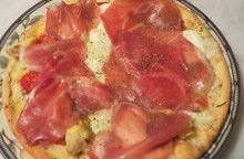 Pizza con stracchino e prosciutto di Pratomagno