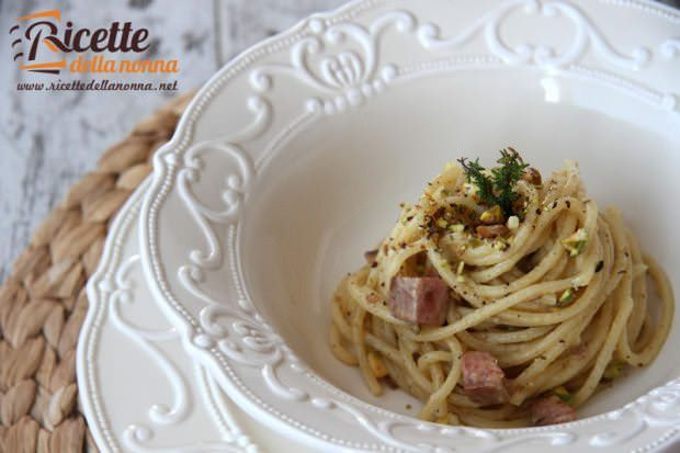 Spaghetti tonno, pistacchi e origano ricetta e foto