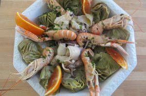 Insalata di mare, carciofi e arancia