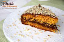 Torta alle carote ripiena alla Nutella con granella di mandorle