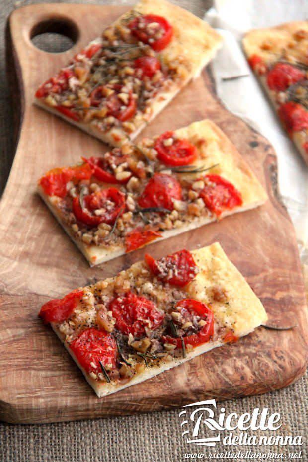 Focaccia pomodori, noci e rosmarino ricetta e foto