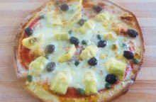 Pizza con olive, carciofini e capperi