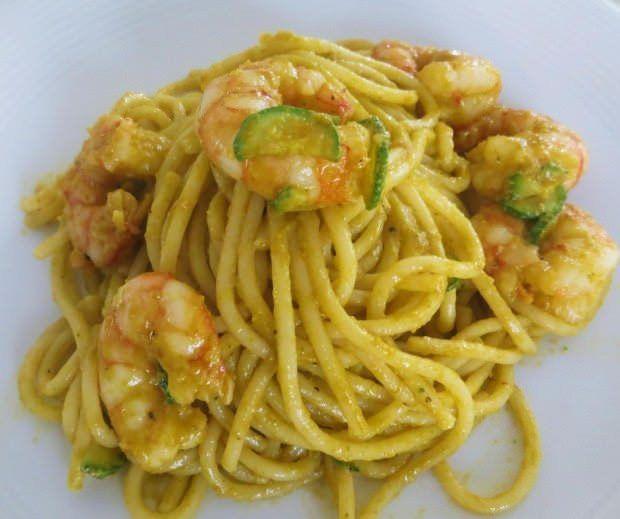 Spaghetti con gamberi e crema di fiori di zucca ricetta e foto