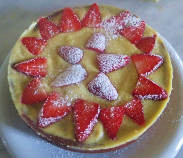 torta al cacao, crema e fragole