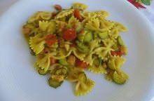 Farfalle al curry, zucchine e pancetta