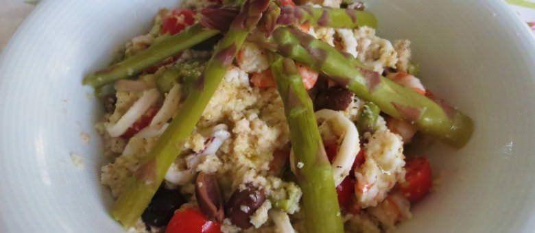 Panzanella integrale con asparagi e insalata di mare
