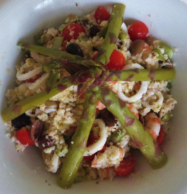 panzanella con asparagi e insalata di mare