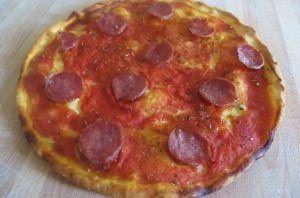 Pizza rossa al salame piccante