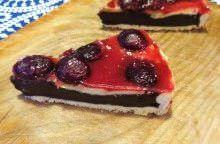 Crostata al cioccolato glassata alle ciliegie