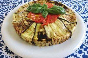 Torta di panzanella con alici e verdure estive