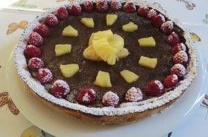 Torta alla crema di cioccolato, ananas e lamponi