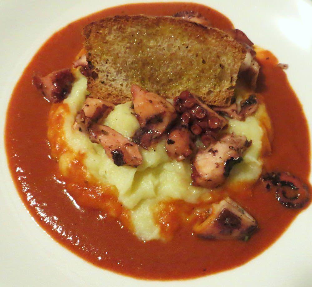 polpo, patate e salsa di peperone rosso