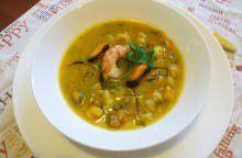 Zuppa di zucca, ceci, gamberoni e cozze