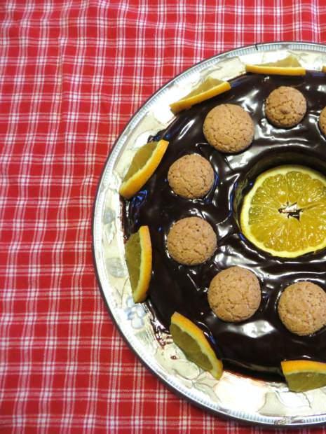 ciambella agli amaretti glassata al cioccolato