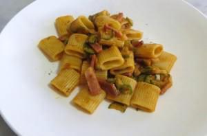Pasta con zucchine e speck, olive e pomodoro