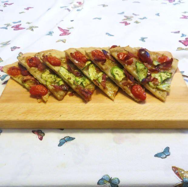 Schiacciata con zucchini, speck e datterini