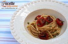 Spaghetti con briciole di pane e pomodorini infornati