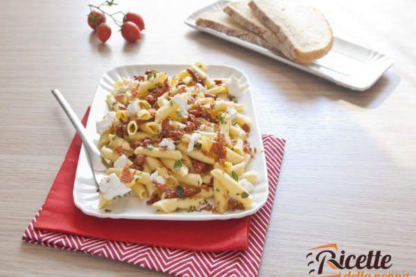 Pasta fredda alla burrata e pomodorini secchi