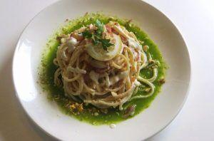 Spaghetti con ricotta, limone, speck e nocciole
