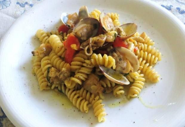 Fusiili alla salsa di fiori, vongole e calamari