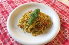 Spaghetti noci, basilico e pomodorini