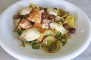 Calamari, salmone e verdure in padella