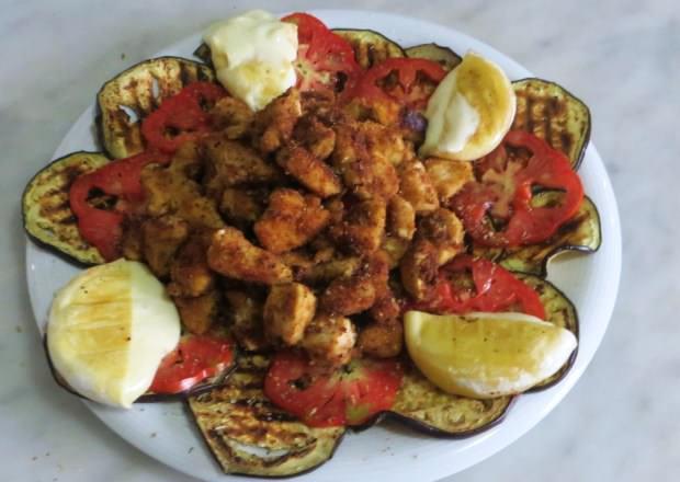 Melanzane, pomodori, pollo e tomino