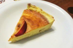Tortina di crema e susine rosse