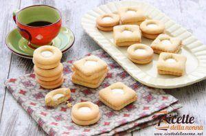 Biscotti ripieni con crema al latte